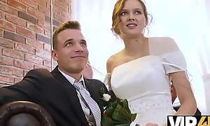 VIP4K. Un span marié décide de vendre la chatte de sa mariée à bon prix