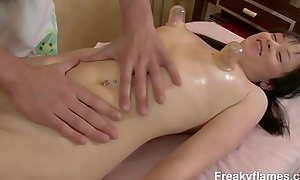 Tesão adolescente dá massagista a boquete mais tarde fica bicada fodida difícil para a gozada